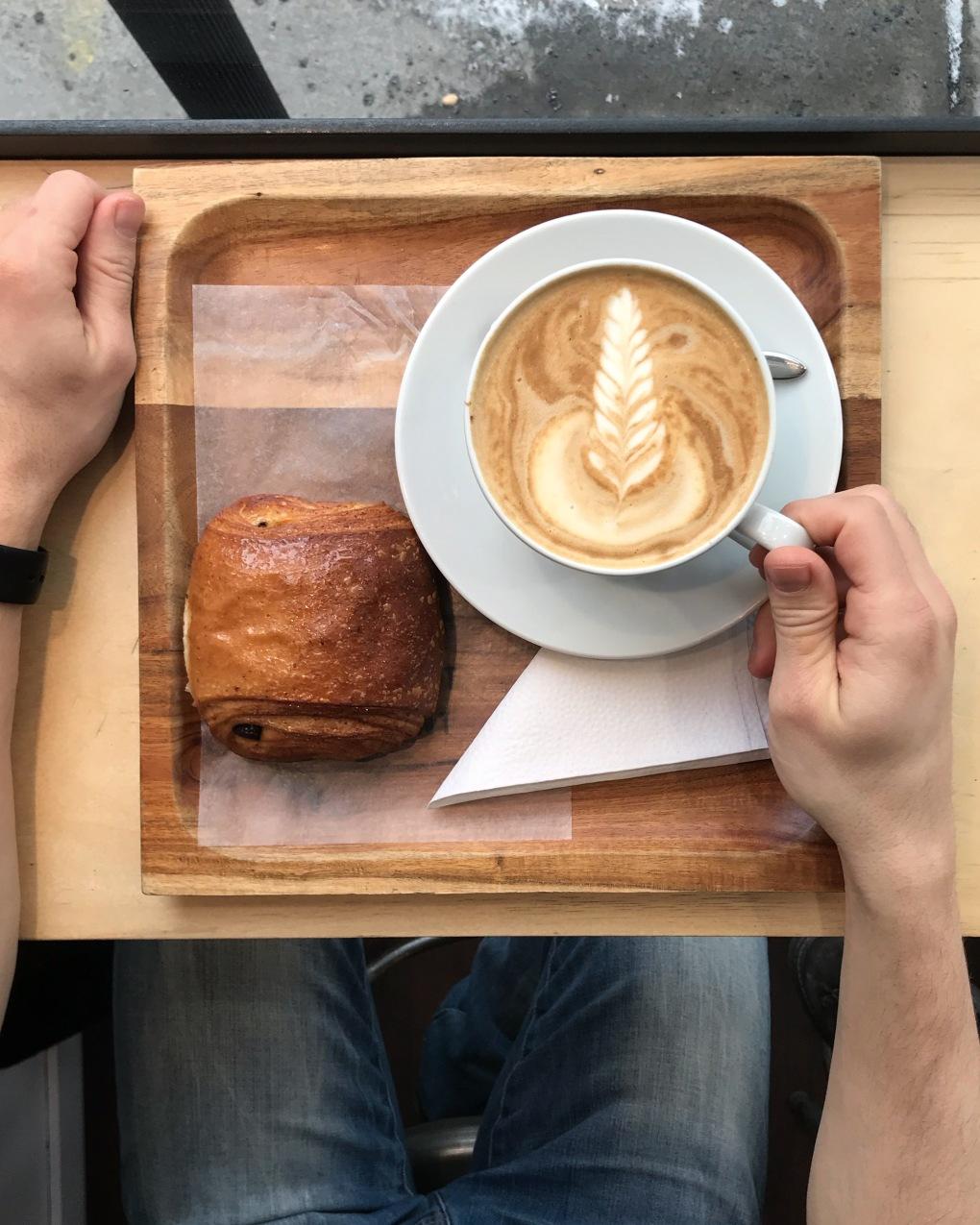 croissant croissant chocolatine latte cafe